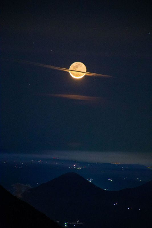lua vestida como Saturno